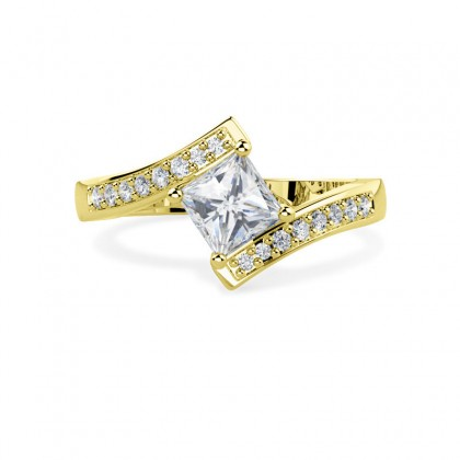 A stunning princess cut twist diamond ring with shoulder stones in 18ct yellow gold